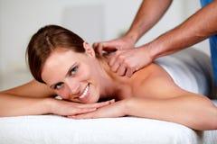 Jonge vrouw die een ontspannen massage ontvangt bij een kuuroord royalty-vrije stock afbeeldingen