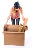 Jonge vrouw die een open doos onderzoekt Royalty-vrije Stock Afbeeldingen