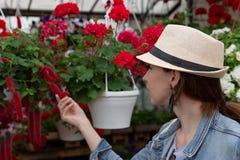 Jonge vrouw die in een in openlucht verse stedelijke bloemenmarkt winkelen, en van een grote verscheidenheid van kleurrijke bloem stock afbeeldingen