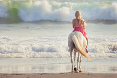 Jonge vrouw die een paard berijdt Stock Fotografie