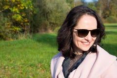 Jonge vrouw die in een park loopt Stock Foto's