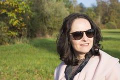 Jonge vrouw die in een park loopt Stock Afbeeldingen