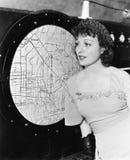 Jonge vrouw die een radar bekijken (Alle afgeschilderde personen leven niet langer en geen landgoed bestaat Leveranciersgaranties royalty-vrije stock afbeelding