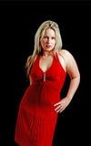 Jonge vrouw die een rode kleding op zwarte draagt Royalty-vrije Stock Fotografie