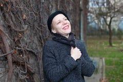 Jonge vrouw die een rooskleurige toekomst veronderstellen royalty-vrije stock fotografie
