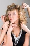 Jonge vrouw die een samenstelling krijgt stock afbeeldingen