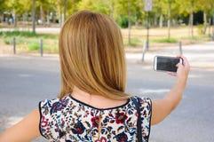 Jonge vrouw die een selfie met een smartphone nemen Royalty-vrije Stock Foto