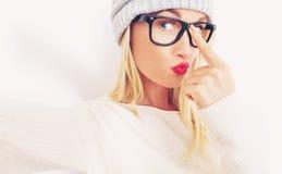 Jonge vrouw die een selfie nemen Royalty-vrije Stock Afbeeldingen
