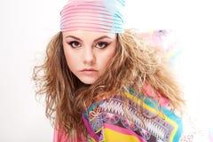 Jonge vrouw die een sjaal draagt stock foto's