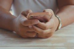 Jonge vrouw die een smartphone, close-up met exemplaarruimte houden stock afbeelding