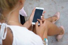 Jonge vrouw die een smartphone gebruikt Royalty-vrije Stock Foto