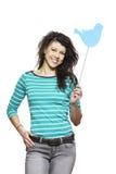Jonge vrouw die het sociale media teken glimlachen houden Royalty-vrije Stock Afbeeldingen