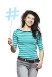 Jonge vrouw die het sociale media teken glimlachen houden Royalty-vrije Stock Foto's