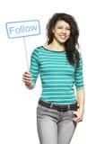Jonge vrouw die het sociale media teken glimlachen houden stock afbeelding