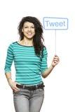 Jonge vrouw die het sociale media teken glimlachen houden royalty-vrije stock afbeelding
