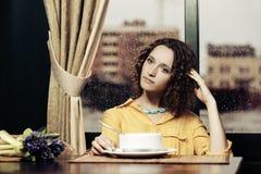 Jonge vrouw die een soep eten bij restaurant royalty-vrije stock afbeelding