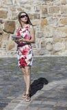 Jonge vrouw die een tablet gebruiken Royalty-vrije Stock Foto