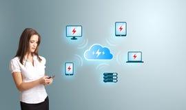 Jonge vrouw die een telefoon met wolk gegevensverwerkingsnetwerk houden Royalty-vrije Stock Fotografie