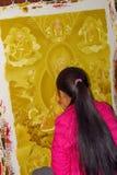 Jonge vrouw die een thanka, het Tibetaanse Boeddhistische godsdienstige schilderen, Durbar-Vierkant, Bhaktapur, Nepal schilderen royalty-vrije stock foto's