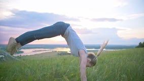 Jonge vrouw die een tik op het de zomergebied uitvoeren bij zonsondergang stock videobeelden