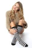 Jonge Vrouw die een Verbindingsdraad en Kniesokken dragen stock foto