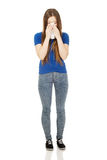 Jonge vrouw die een weefsel gebruikt Stock Afbeelding