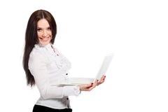 Jonge vrouw die een wit notitieboekje houdt stock foto's