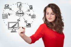 Jonge vrouw die een wolk trekken die op whiteboard gegevens verwerken stock foto's