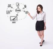 Jonge vrouw die een wolk trekken die op whiteboard gegevens verwerken stock foto