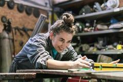 jonge vrouw die in een workshop werken royalty-vrije stock afbeelding