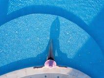 Jonge vrouw die in een zwembad zonnebaden royalty-vrije stock afbeelding