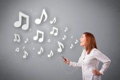 Jonge vrouw die en aan muziek zingen luisteren Stock Afbeeldingen