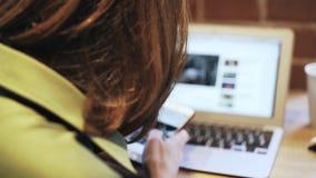 Jonge vrouw die en in een koffie achtermening zingen texting stock videobeelden