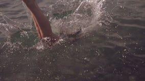 Jonge vrouw die en in overzees springen duiken Langzame Motie HD, 1920x1080 stock videobeelden