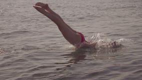 Jonge vrouw die en in overzees springen duiken Langzame Motie HD, 1920x1080 stock footage