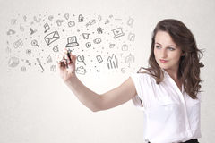 Jonge vrouw die en pictogrammen trekken schetsen Royalty-vrije Stock Foto's