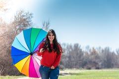 Jonge Vrouw die en Pret met een Paraplu lopen hebben stock foto