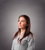 Jonge vrouw die en zich met exemplaarruimte bevinden denken Royalty-vrije Stock Fotografie
