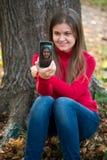 Jonge vrouw die foto neemt stock fotografie