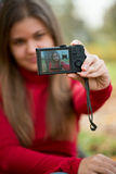 Jonge vrouw die foto neemt Royalty-vrije Stock Afbeelding