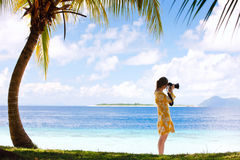 Jonge vrouw die foto's neemt bij strand stock foto's