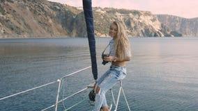 Jonge vrouw die foto van mooie overzeese lagune nemen Royalty-vrije Stock Afbeeldingen