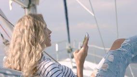 Jonge vrouw die foto van mooie overzeese lagune op smartphone nemen Royalty-vrije Stock Fotografie