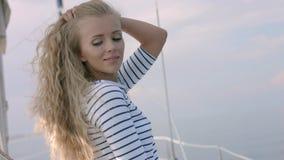 Jonge vrouw die foto van mooie overzeese lagune op smartphone nemen Stock Afbeeldingen