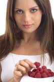 Jonge vrouw die framboos eet Royalty-vrije Stock Afbeelding