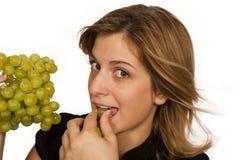 Jonge vrouw die fruit eet royalty-vrije stock fotografie