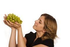 Jonge vrouw die fruit eet stock afbeeldingen