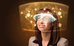 Jonge vrouw die futuristische sociale netwerkkaart bekijken Stock Foto's