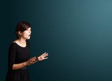 Jonge vrouw die gebaren maken stock afbeelding