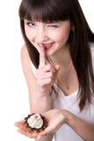 Jonge vrouw die in geheim eten stock afbeelding